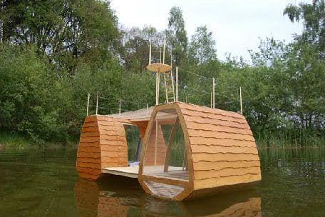 Fotografías de una pequeña casa de madera flotante, diseñada con un dormitorio para cuatro personas, dos terrazas (un mirador). Para contemplar la naturaleza.