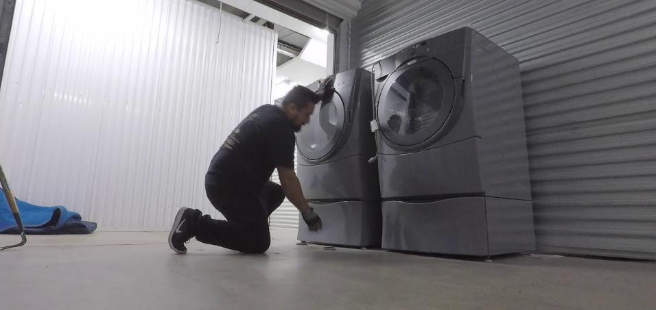 شركة نقل وتخزين عفش بالرياض Furniture Movers Mirror Selfie Furniture