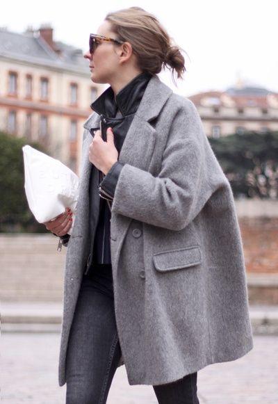 9cfa7e164c2f9 Tenue  Manteau gris, Veste motard en cuir noire, Jean skinny gris foncé,  Pochette en cuir blanche