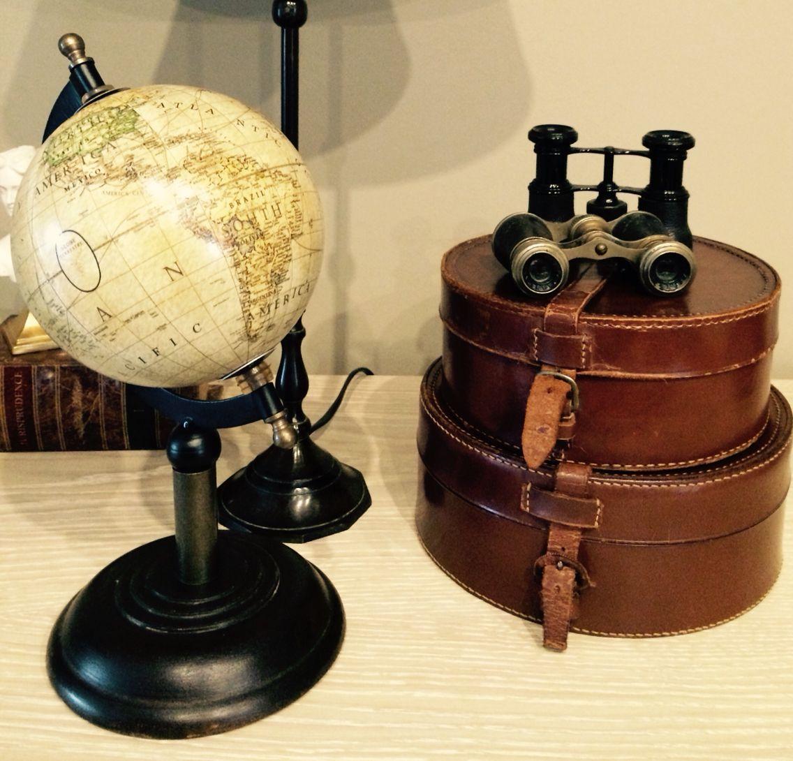Koffertjes met oude verrekijker.