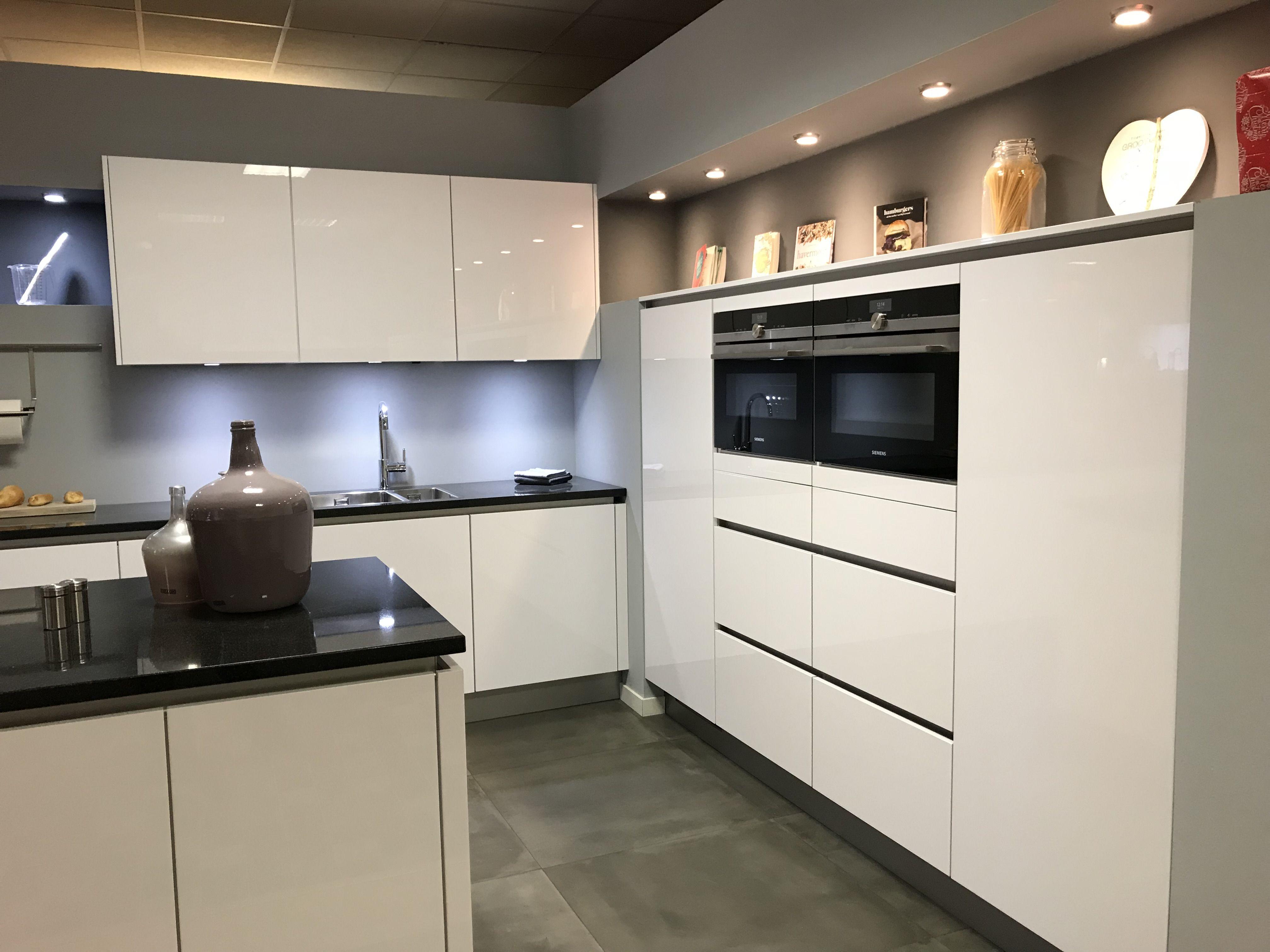 Hoogglans Witte Keuken : Witte keuken met grijs werkblad minimalistische witte keuken wit