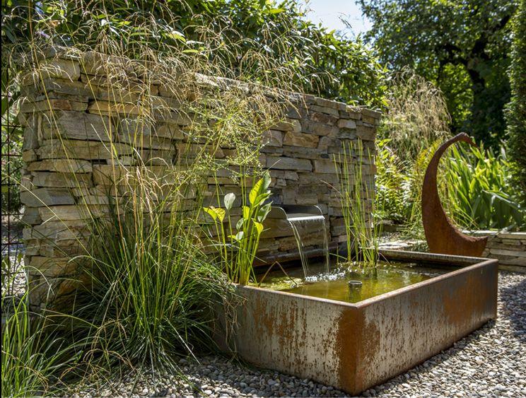 Moderner Gartenbrunnen Auf Der Terrasse Zusammen Mit Loungesesseln