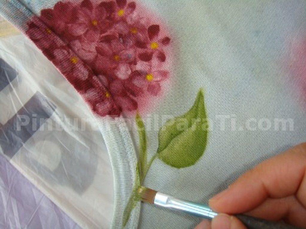 ¡No tires tus viejas camisetas! Vamos a redecorarlas con pintura para tela. ¡Es muy fácil!