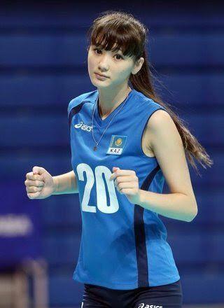 青いユニフォームを着て走っているサビーナ・アルシンベコバのかわいい画像