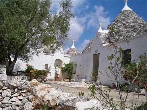 """Au cœur de la vallée d'Itria dans les Pouilles, retrouvez les fascinants logements """"trulli"""" pour un séjour inoubliable !"""
