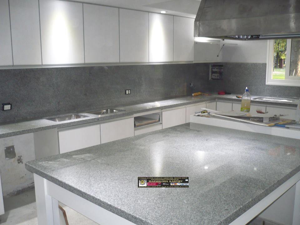 Mesadas en granito gris mara con regruesos y alzadas for Mesadas de cocina pequenas