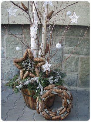Déco extérieure fait avec branches de bouleaux , des cocottes et