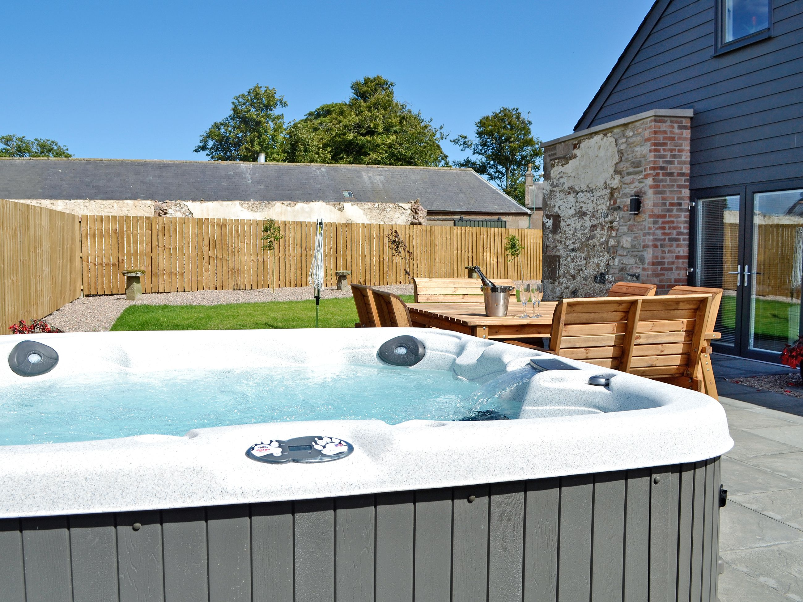 Glenskinno The Steading Ref Uk5834 In Montrose Angus Cottages Com Hot Tub Holidays Hot Tub Cottage