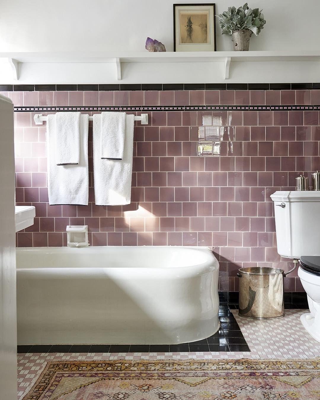 Recouvert de vieux rose, le carrelage de cette salle de bains lui ...