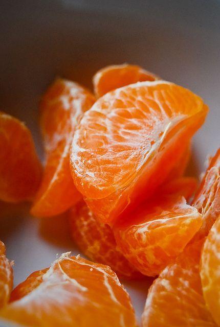 La vitamina C que se encuentra en las naranjas es buenísima para desaparecer las horribles bolsas de los ojos.