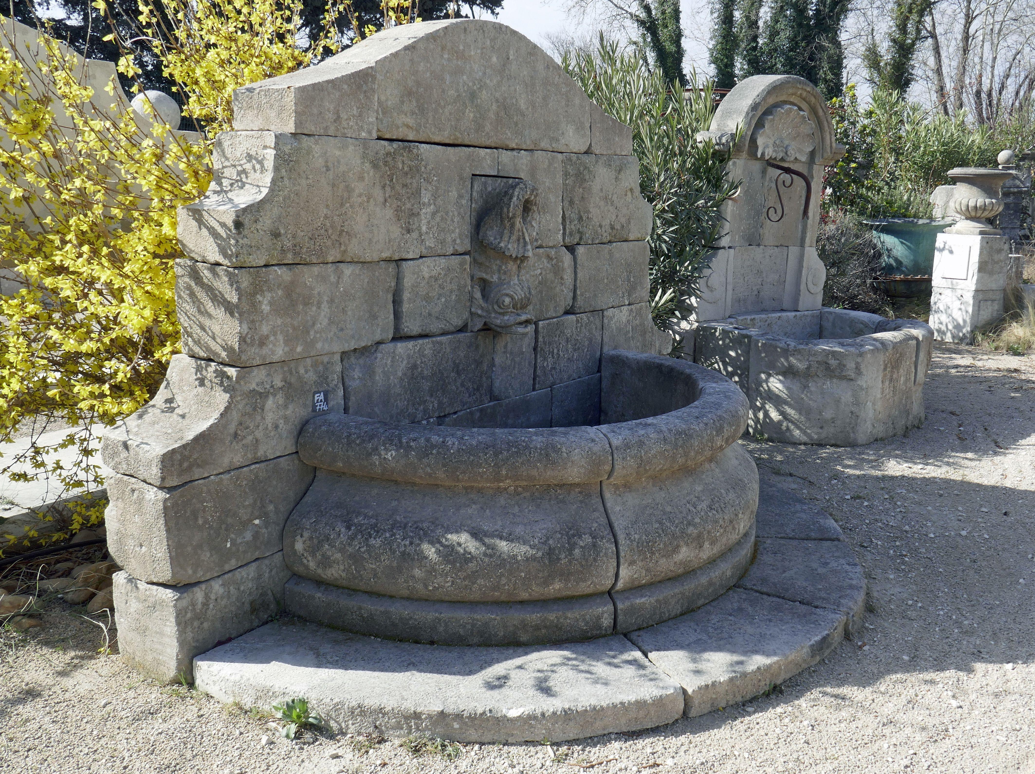 Cette Magnifique Fontaine Murale En Pierres Anciennes Est Un Modele Unique En Vente Exclusivement Chez Le Ma Fontaine Murale Fontaine De Jardin Fontaine Pierre