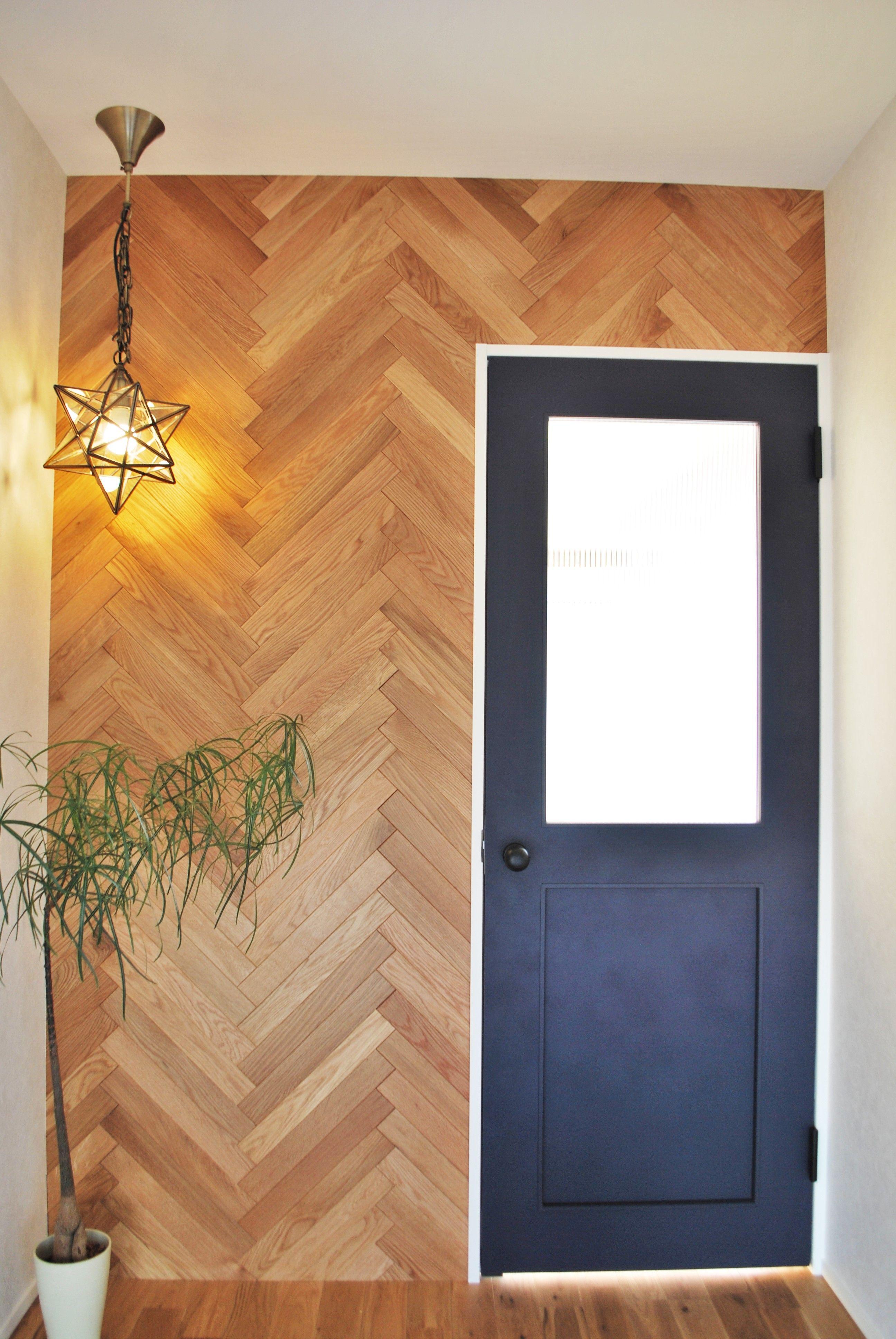 玄関からリビングに入る壁はヘリンボーンのアクセントウォールです