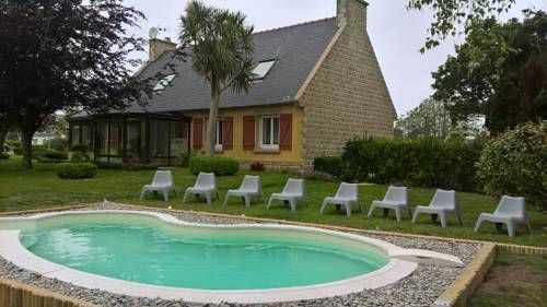 Propri�t� de la Mer d'Iroise Beuzec Cap Sizun Featuring free WiFi and a seasonal outdoor pool, Propri?t? de la Mer d'Iroise offers accommodation in Beuzec-Cap-Sizun and is situated in a private park. Free private parking is available on site.  All rooms are fitted with a flat-screen TV.