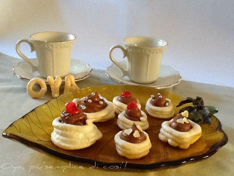 Nidi di meringa farciti, ricetta raffinata. http://blog.giallozafferano.it/oya/nidi-di-meringa-farciti-ricetta-raffinata/