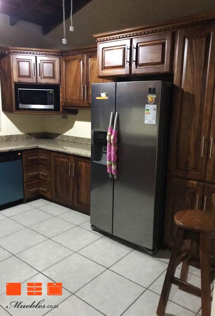 Mueble de cocina con refrigerador y horno de microondas empotrado ...