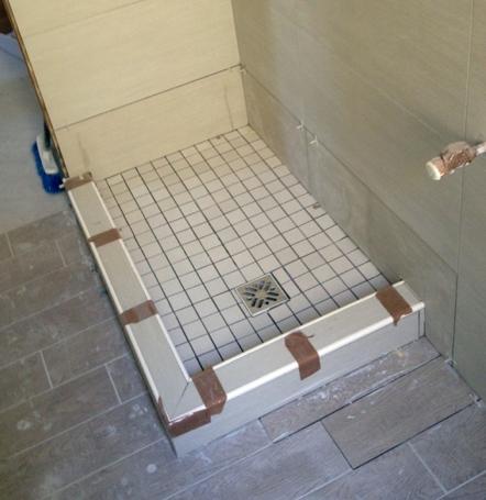 Esempio di piatto doccia in muratura con rivestimento in for Box doccia in muratura foto