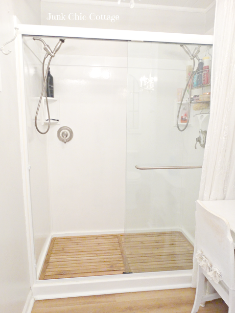 Diy cedar plank floor to give your bathroom a spa look it for Give the floor
