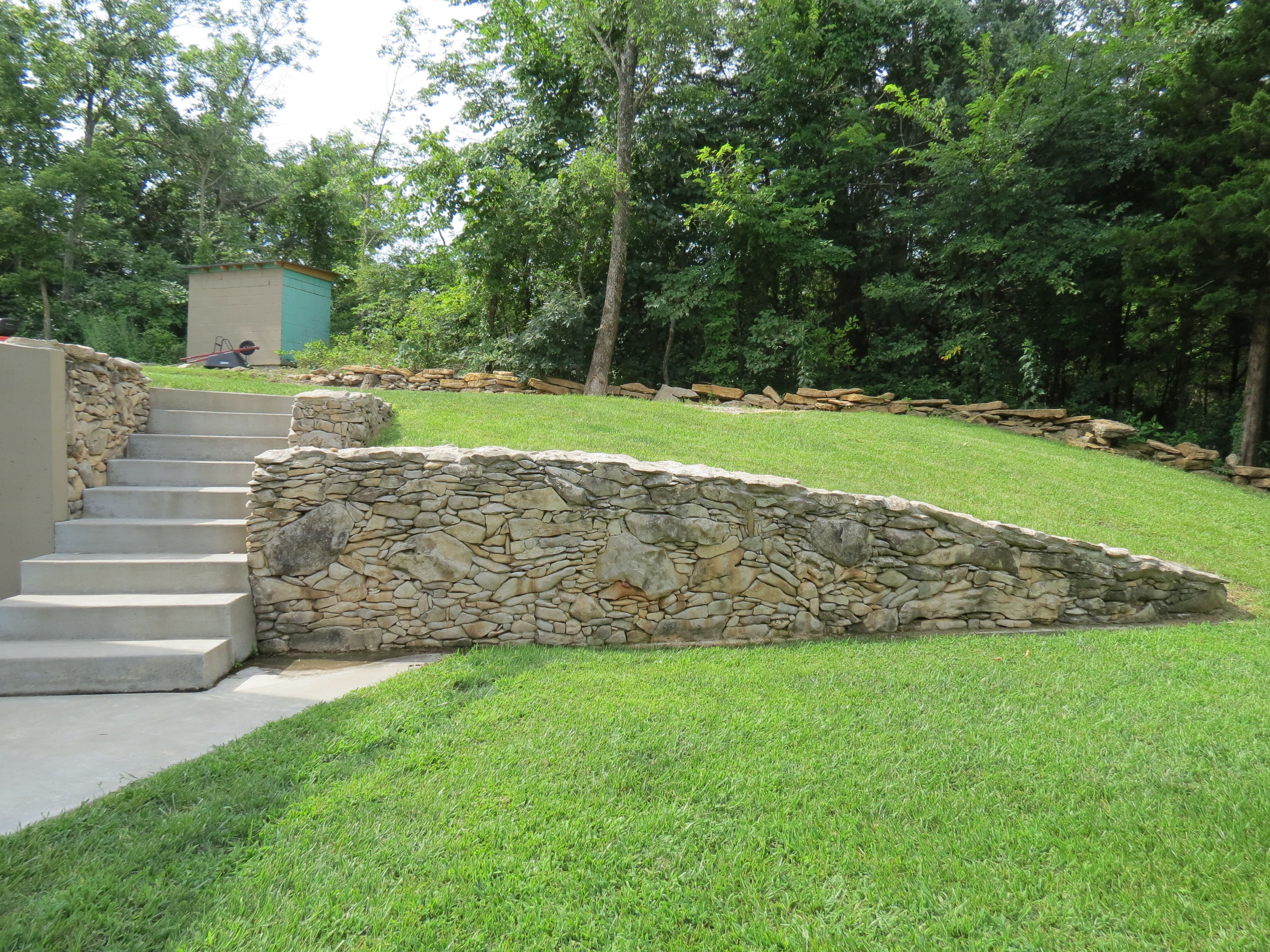 Drystack Kansas Fieldstone Retaining Wall Wall Length 15ft Wall Height 4 5ft Tapering To 1ft Wall De Backyard Patio Designs Backyard Landscaping Sloped Yard