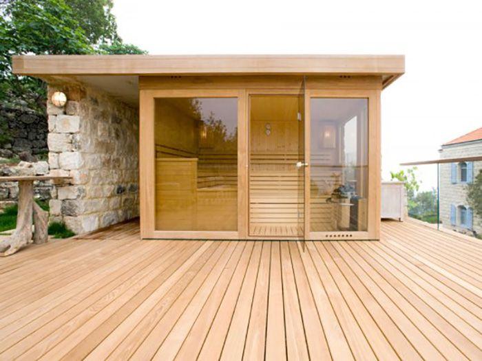 ce sauna vitr en aulne s impose sur la vaste terrasse. Black Bedroom Furniture Sets. Home Design Ideas