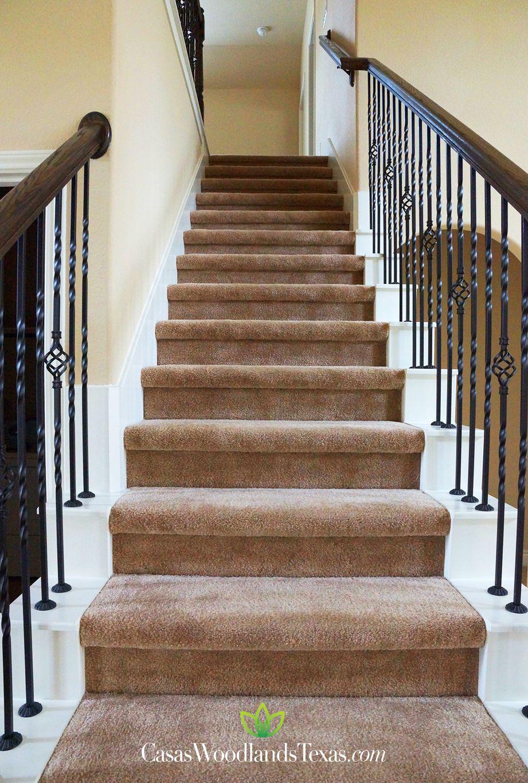 Escaleras alfombradas y con barandal de hierro forjado for Ideas para forrar escaleras
