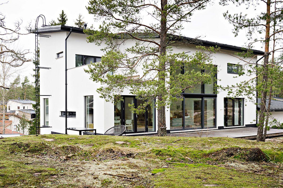 Talon takana on terassi ja piha, joka rajautuu Espoon kaupungin virkistysalueeseen.
