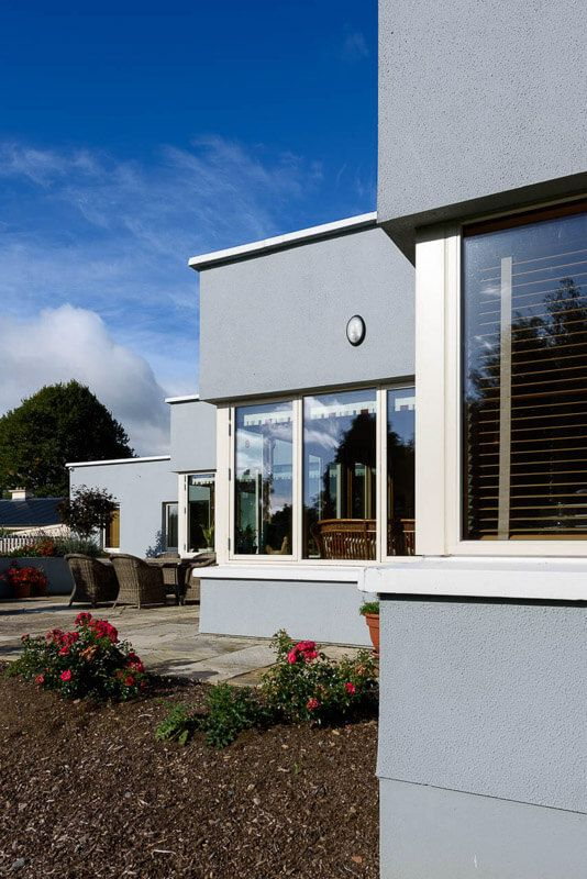 Flat Roof With Parapet Detail Over Series Of White Painted Aluclad Corner Windows House Extensions Flat Roof Parapet