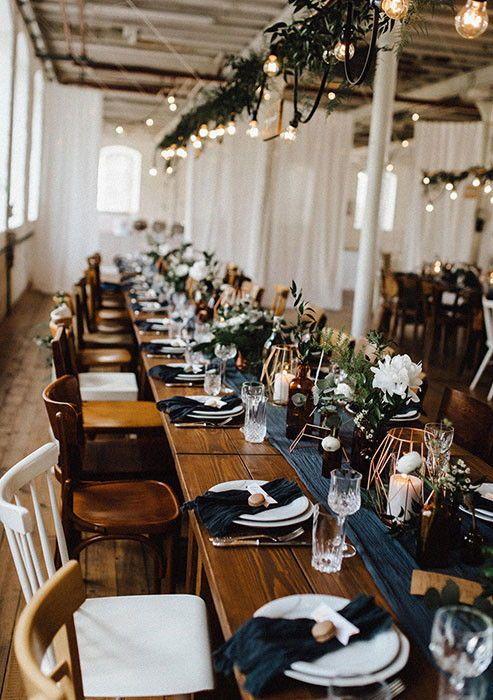 Charmant gemixt: Leiht euch für eure Hochzeit alte Stühle und schafft eine gan…