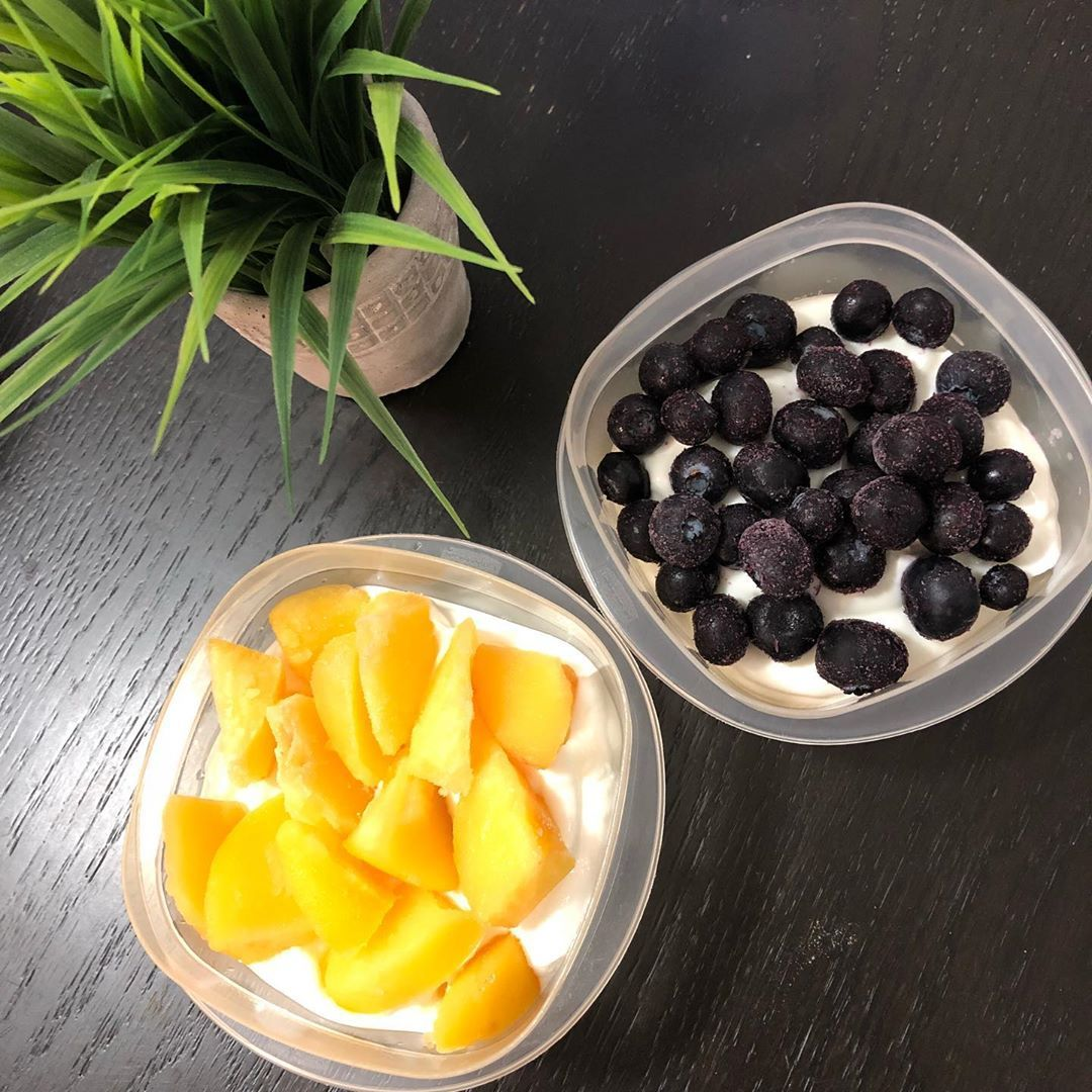 Happy Foodie Friday!! Today's #foodiefriday feature is a simple macro balanced snack....fruit yo...