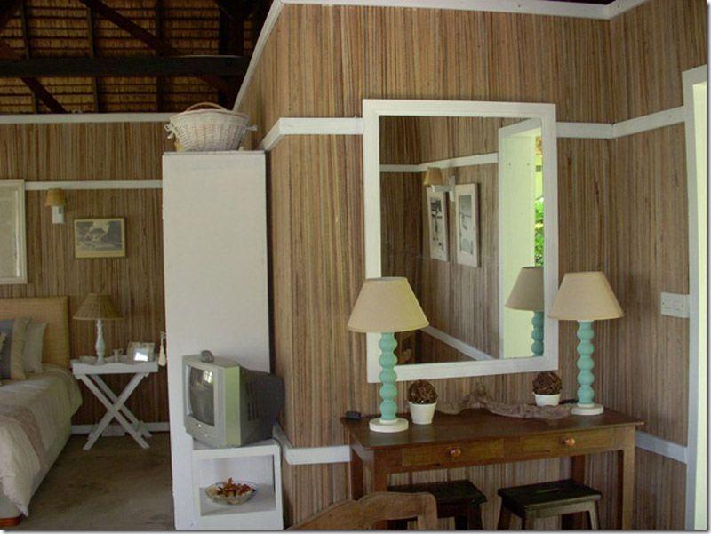 Öffnen Sie das Fenster und erblicken Sie die wunderschöne Aussicht, welche sich Ihnen erbietet. Frisches grün, des umliegenden Gartens, Helles weiß, des feinen Sandstrandes und die Verschiedenste blau tönen, vom Hellen und klaren blau über stark Erstrahlendes türkis bis hin zu Tiefem blau des Indischen Ozeans. #Mauritius http://www.isla-mauricia.de/objekte-mauritius/mauritius-strand-hutte-direkt-vor-der-lagune-kitesurfers-traum-de/