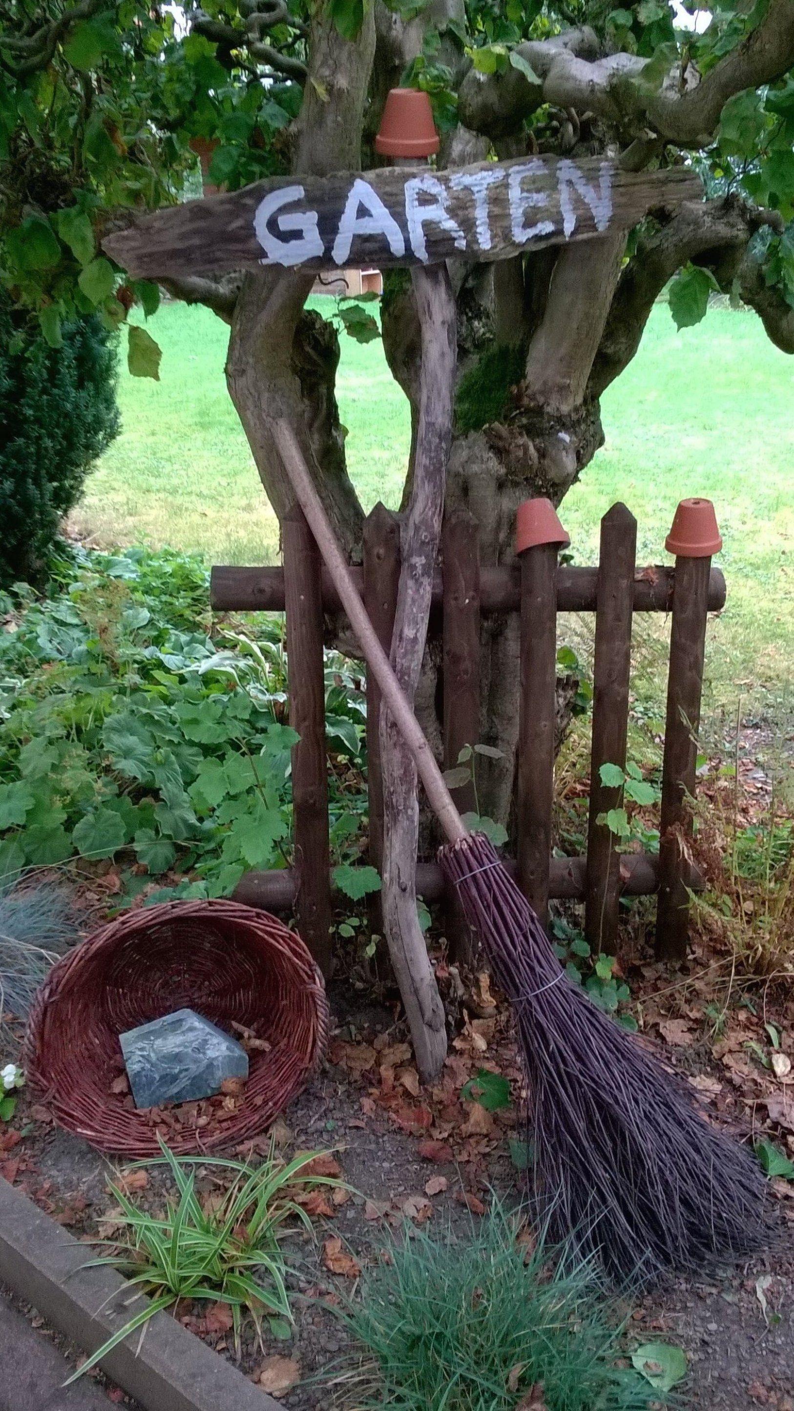 Ein alter Holzzaun als Gartendeko Dazu ein Schild aus ...