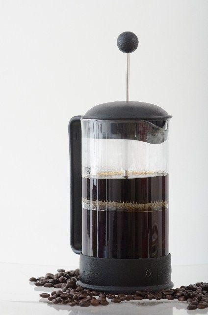 最近注目を集めているのが フレンチプレス 誰でも簡単に淹れられ 味にブレが無い なのに 豆のうま味を余すことなく抽出できる 今回は そんな フレンチプレスを使って 喫茶店さながらの濃厚なコーヒーを自宅で淹れる方法 フレンチプレス コーヒー