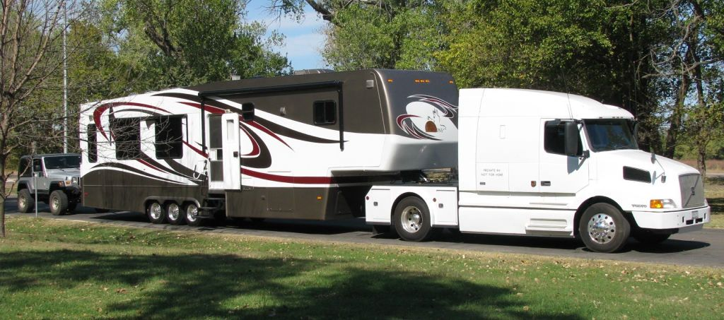 New Horizons Rv >> New Horizons Rv With Semi Fifth Wheel Campers Camper Trucks