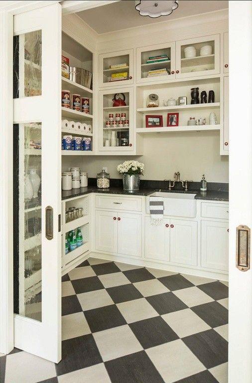 Ein Spaziergang in der Speisekammer und Küche in einem. Die ...