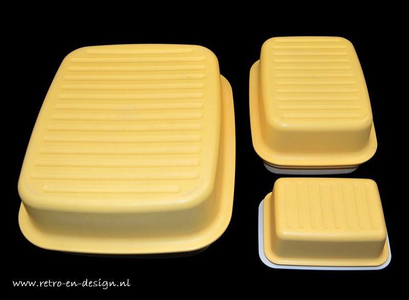 Vintage Tupperware Brooddoos, Kaasdoos, Botervloot  Vintage Tupperware. Set van drie. Bestaande uit:  Brooddoos / Cakedoos.  Grote Tupperware brooddoos of voorraaddoos / opbergdoos in geel met crèmewit deksel uit de jaren 70/80. Voor het opbergen van brood, harde broodjes, bolletjes, croissantjes, cake... Superhandige opberger voor in de keuken. Conditie: goed. Lichte gebruikssporen. zie: http://www.retro-en-design.nl/a-42206892/tupperware/vintage-tupperware-brooddoos-kaasdoos-botervloot/