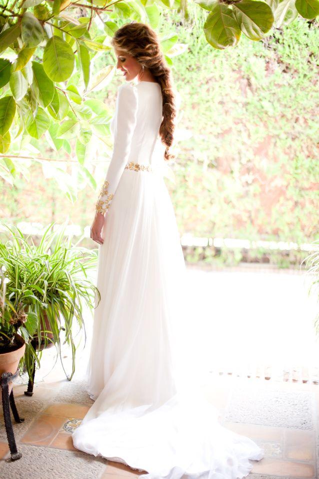 espectacular vestido de novia liso con un pequeño encaje en las