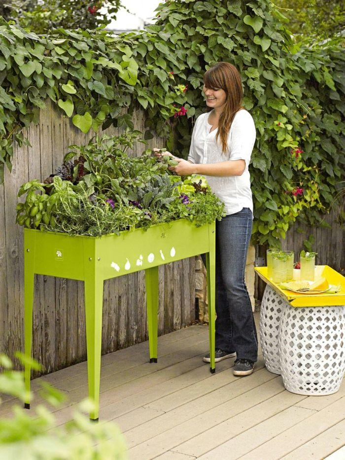 Hochbeete Grünes Tischbeet Weiße Beistelltische Pflanzen | Garten ... Hochbeet Tisch Balkon Bauen
