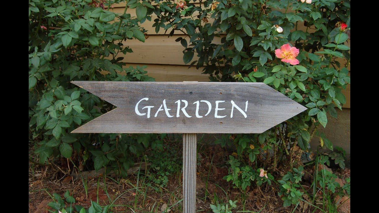 Use Of Garden Signs And Arts To Decorate It In 2020 Garden Signs Old Wood Signs Wall Garden