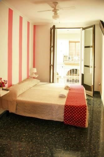 Serranos Towers Valencia Serranos Towers is set in Valencia, 200 metres from Barrio del Carmen. Rooms are equipped with a flat-screen TV with cable channels. All rooms come with a shared bathroom. Extras include bathrobes and free toiletries.