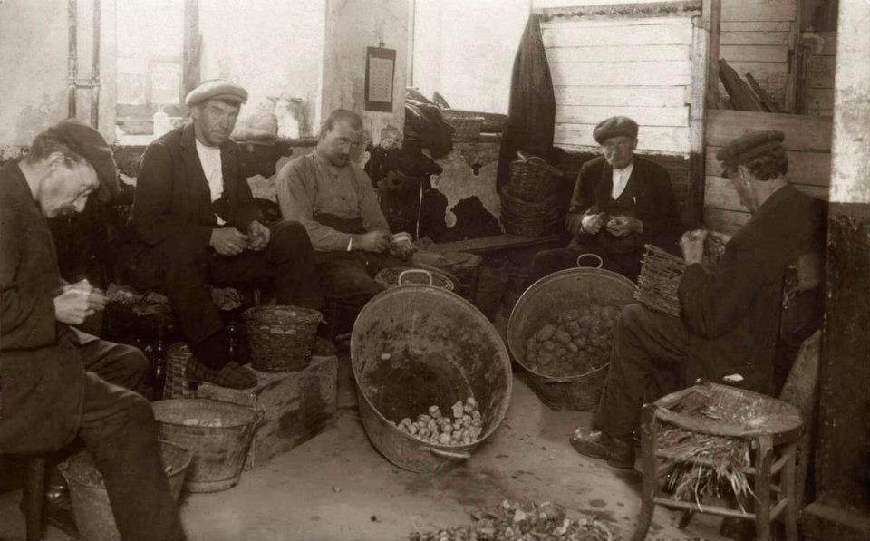 1925 Mannen zijn aardappels aan het schillen in het Pesthuis