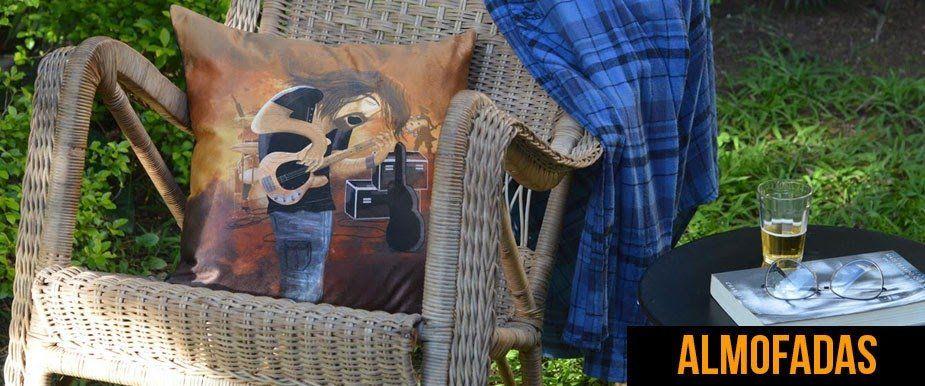 """almofada em veludo """"o baixista""""para a marca Rockuse. www.rockuse.com.br"""