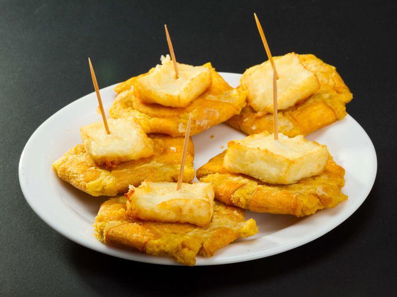 Patacones con queso al natural o frito