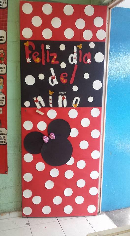 puerta escolar decorada de minnie mause puertas