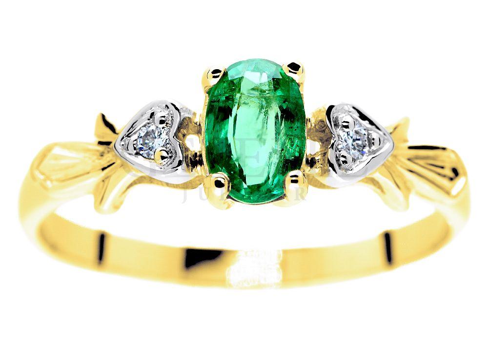 ef971f477d2e6f Pierścionek zaręczynowy z żółtego złota ze szmaragdem i dwoma brylantami w  oprawie z motywem serca -