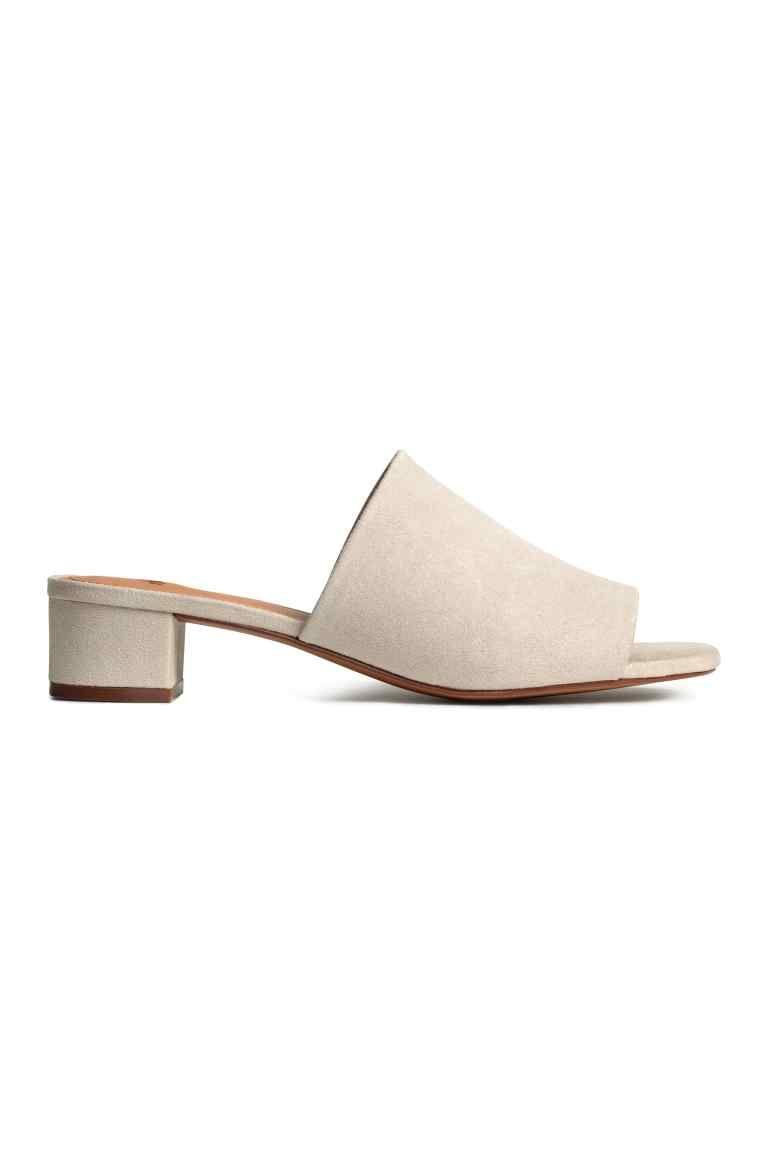 Slippers met blokhak: Een paar slippers van imitatiesuède met een beklede blokhak. Het model heeft een voering en een binnenzool van imitatieleer en een rubberen zool. Hak 4 cm.