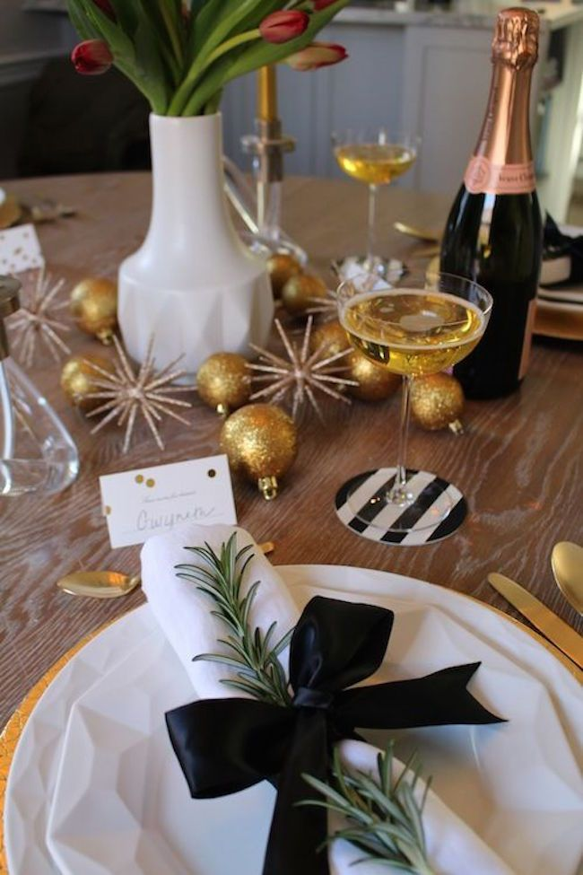20 Chic Holiday Decorating Ideas With A Black Gold And White Color Scheme Gold Christmas Decorations Gold Christmas Chic Holiday Decorating