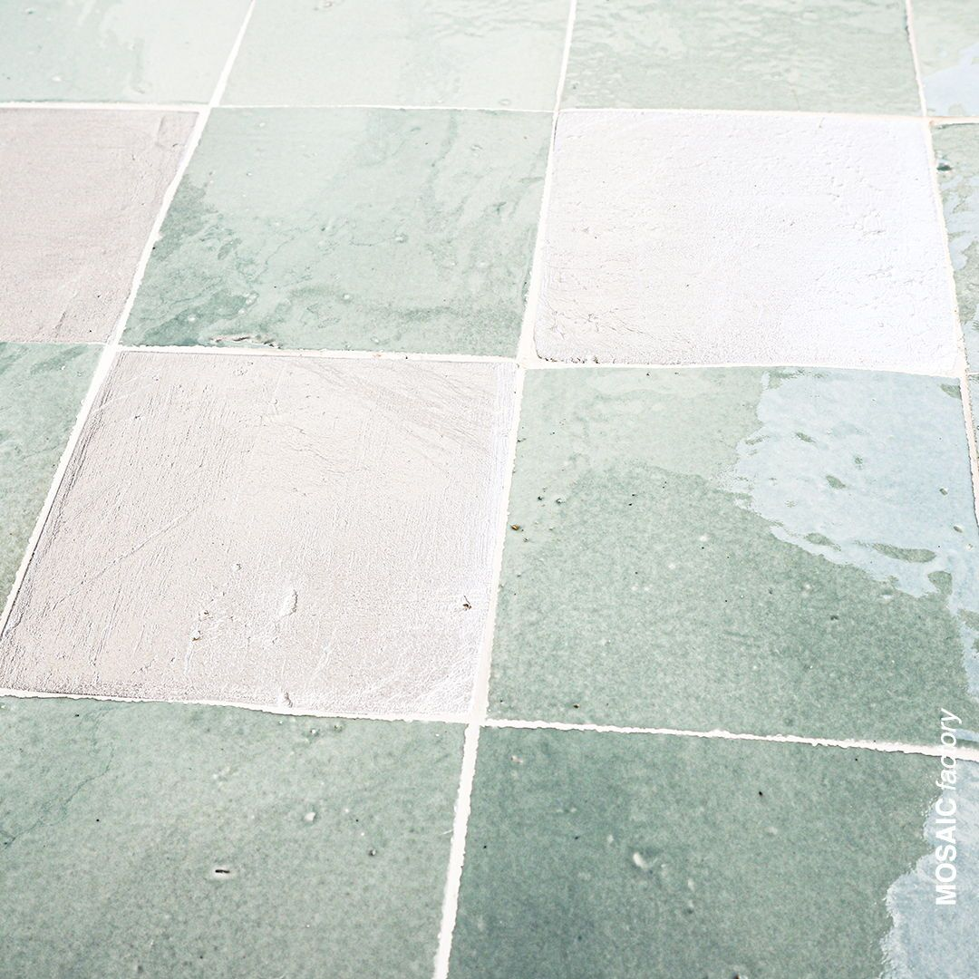 Aqua Und Silberfarbene Zellige Fliesen Von Mosaic Factory Mischung Aus Glasiertem Und Metallisch Azulejos Hechos A Mano Azulejos Marroquies Terrazo
