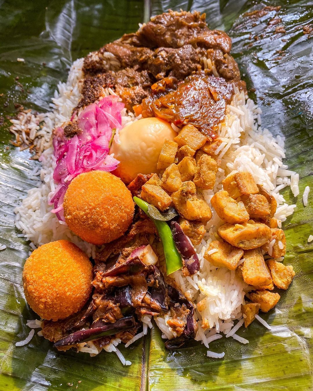 Kanda Udarata Halal Traditional Lamprais Chicken Curry Aubergine Ash Plantain Caramelised Fried Onions Fis In 2020 How To Cook Eggs Halal Recipes Foodie