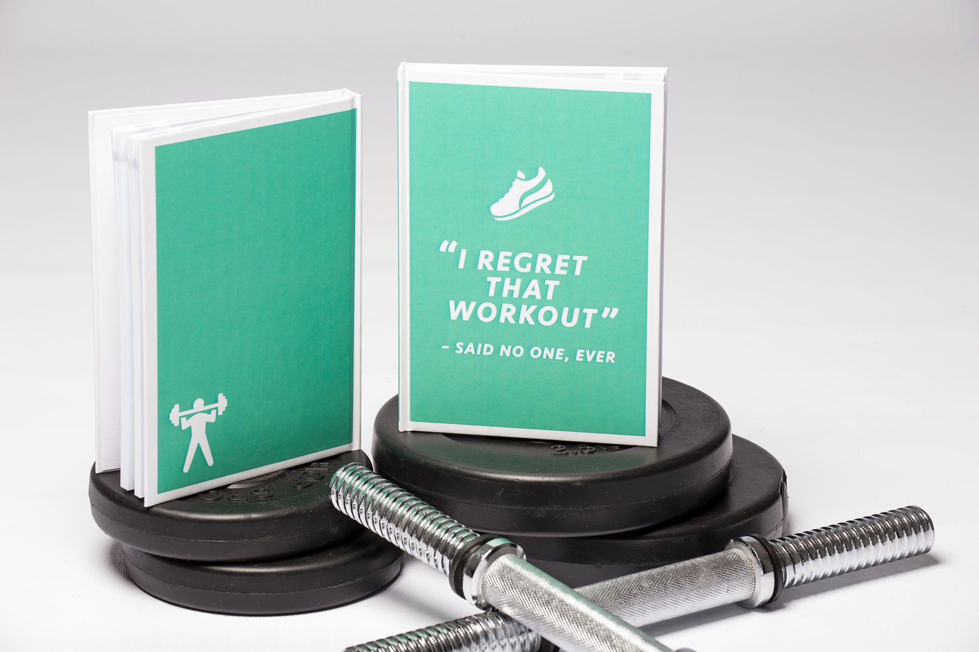 Fitness Traininglog in green. Log your workouts in clear tables. - Fitness Notizbuch in der Farbe grün. Trage deine Trainingseinheiten in klare Tabellen ein.