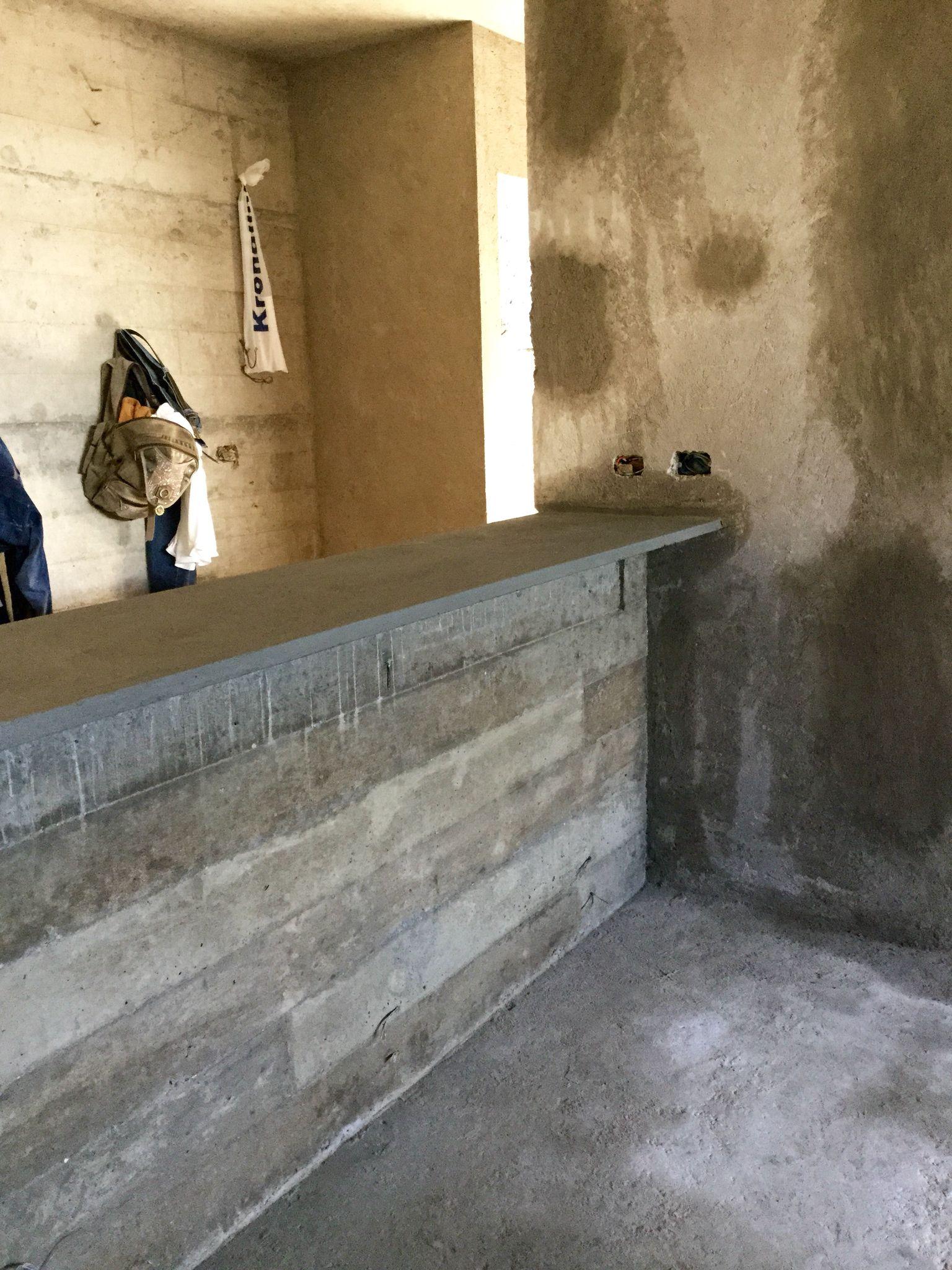 Cocina muros y barra en concreto armado aparente cada for Muro de concreto armado