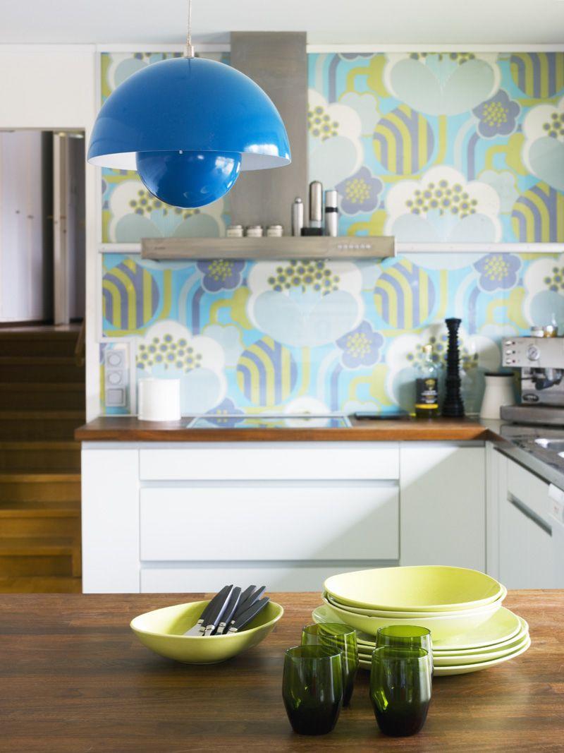 Moderne küchenideen der mitte des jahrhunderts verner panton flower pot and colorful wallpaper from the s photo
